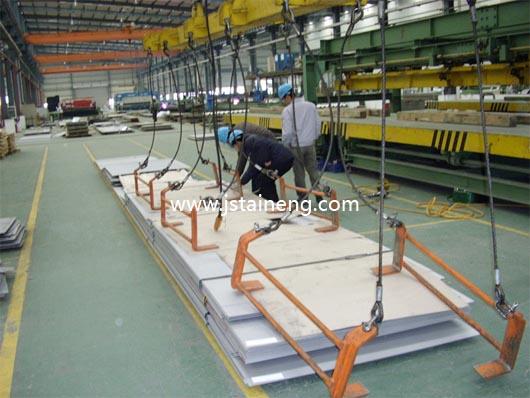 钢板吊具是用于钢板类物品起吊的工具。按吊装使用方式分为横吊钢板吊具和竖吊钢板吊具,广泛应用于汽车、航空、冶金等领域. 一、钢板吊具产品说明:   钢板吊具采用杠杆原理夹持钢板,通过杠杆或旋转开闭器进行夹持钢板和脱卸钢板,无需动力,具有操作简单方便.可根据用户的使用范围进行设计制作.